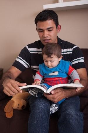 パパと赤ちゃん読み聞かせ